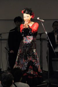大阪京橋フラメンコライブでミニ講習するフラメンコ舞踊家岡島久子の写真