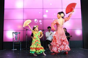関西テレビでのフラメンコイベントでセビジャーナスを踊るキッズ生徒と岡島久子の写真