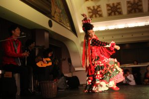 大阪梅田阪急百貨店でのフラメンコライブでタンゴを踊るフラメンコ舞踊家岡島久子の写真