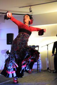 大阪京橋フラメンコライブでアレグリアスを踊るフラメンコ舞踊家岡島久子の写真