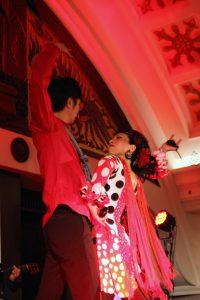 大阪梅田阪急百貨店でのフラメンコライブでセビジャーナスを踊る岡島久子の写真