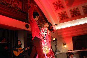 大阪梅田阪急百貨店でのフラメンコライブでセビジャーナスを踊るフラメンコダンサー岡島久子の写真
