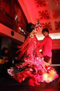 大阪梅田阪急百貨店でのフラメンコライブでセビジャーナスを踊るフラメンコ舞踊家岡島久子の写真