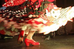 大阪梅田阪急百貨店でのフラメンコライブでセビジャーナスを踊るフラメンコ舞踊家岡島久子の足元