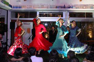 大阪中之島でのフラメンコイベントでセビジャーナスを踊る生徒の写真
