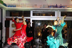 大阪中之島のフラメンコイベントでセビジャーナスを踊る生徒の写真