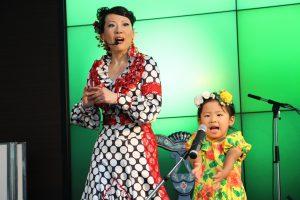 関西テレビでのフラメンコイベントで歌うキッズ生徒の写真