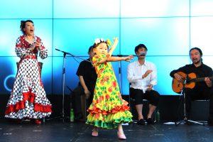 関西テレビでのフラメンコイベントで踊るキッズ生徒&岡島久子の写真