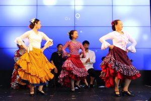 関西テレビでのフラメンコイベントで踊る初心者生徒の写真