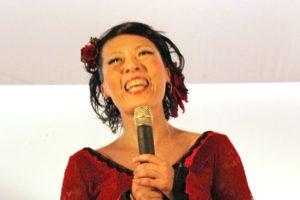 大阪京橋フラメンコライブで話すフラメンコダンサー岡島久子の写真