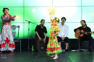 関西テレビでのフラメンコイベントで扇を持って踊るキッズ生徒の写真