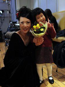 大阪京橋フラメンコライブでのキッズ生徒と岡島久子の写真