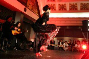 大阪梅田阪急百貨店でのフラメンコライブでアレグリアスを踊るフラメンコ舞踊家岡島久子の写真