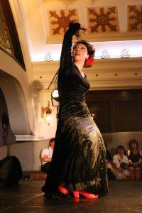 大阪梅田阪急百貨店でのフラメンコライブでアレグリアスを踊る岡島久子の写真