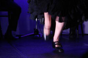 大阪京橋フラメンコライブでソレアを踊るフラメンコダンサー岡島久子の足元