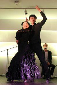 大阪京橋フラメンコライブでセビジャーナスを踊るフラメンコ舞踊家岡島久子の写真