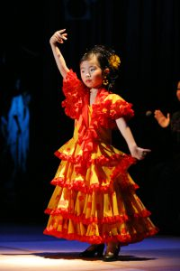 大阪梅田のフラメンコ教室発表会で踊るキッズ生徒の写真