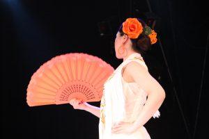 大阪梅田フラメンコ教室発表会でグアヒーラを踊る生徒の写真