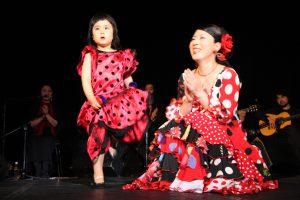 岡島久子フラメンコ教室発表会@大阪梅田で踊るキッズ生徒と岡島久子の写真