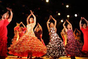 大阪梅田フラメンコ教室発表会でセビジャーナスを踊る生徒の写真