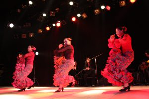 大阪梅田のフラメンコ教室発表会でコリンで踊る生徒の写真