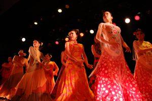 大阪梅田フラメンコ教室発表会で踊る経験者生徒の写真