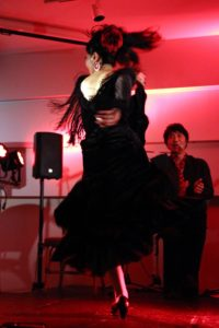 大阪京橋フラメンコライブでソレアを踊るフラメンコダンサー岡島久子の写真