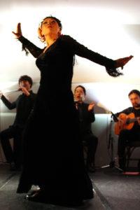 大阪京橋フラメンコライブでソレアを踊るフラメンコ舞踊家岡島久子の写真