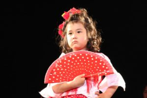 大阪梅田フラメンコ教室発表会で踊るキッズ生徒の写真