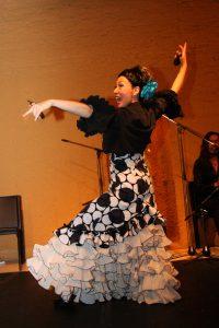 大阪心斎橋フラメンコライブでセビジャーナスを踊る岡島久子の写真