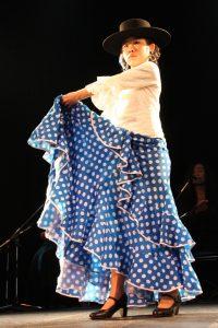 大阪梅田フラメンコ教室発表会で踊るジュニア生徒の写真