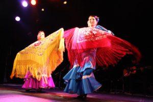 大阪梅田フラメンコ教室発表会でマントンを持って踊るセミプライベート生徒の写真