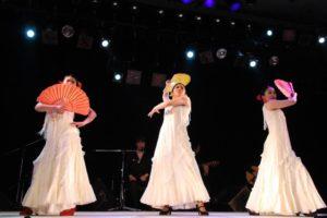 大阪梅田フラメンコ教室発表会でグアヒーラを踊る経験者クラス生徒の写真