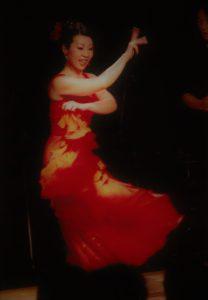 フラメンコダンサー岡島久子の2004ライブ時の写真(赤衣装)