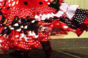 水玉のフラメンコ衣装で踊るフラメンコダンサー岡島久子の足元