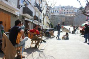 スペインの街角でギターのある風景