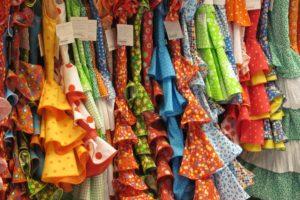 スペイン・アンダルシアの商店で並ぶフラメンコ衣装の写真