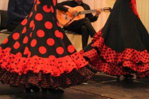 大阪天満橋フラメンコイベントで水玉スカートで踊る生徒の足元