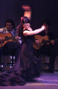 バタ・デ・コーラで踊るフラメンコ舞踊家岡島久子の写真