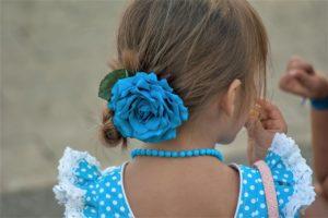 ブルーのフラメンコ衣装を着たアンダルシアの少女