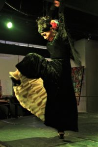 大阪梅田グランフロント大阪フラメンコライブでアレグリアスを踊るフラメンコ舞踊家岡島久子の写真