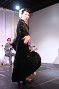 大阪梅田グランフロント大阪フラメンコライブでアレグリアスを踊るフラメンコ舞踊家岡島久子