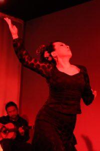 大阪梅田グランフロント大阪フラメンコライブでソレアを踊るフラメンコ舞踊家岡島久子