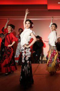 フラメンコ夏の宴2019@大阪中之島でセビジャーナスを踊る生徒の写真(3人)
