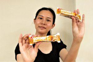 「大塚製薬SOYJOYピーナッツ」サンプル品を手に持つ岡島久子フラメンコ教室大阪校の生徒の写真