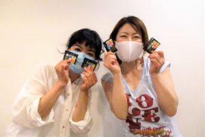 「フリスク ネオ」サンプル品を手に持つ岡島久子フラメンコ教室西宮校の生徒の写真