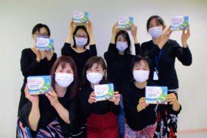 「大正製薬プリンケア粉末スティック」サンプル品を手に持つ岡島久子フラメンコ教室枚方校の生徒の写真