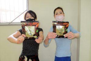 「ロッテ カカオの恵み(チョコレート)」サンプル品を手に持つ岡島久子フラメンコ教室生徒の写真